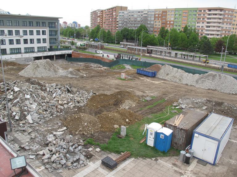 Dočasné uzavření výstupu z podchodu na Horní ulici směrem k obchodnímu centru — Čeština