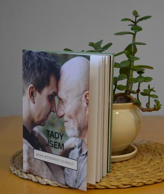 Knihu moderního stárnutí dostávají senioři z Ostravy-Jihu zdarma