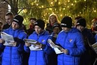 Koledy se zpívaly u vánočního stromu i v mateřské školce