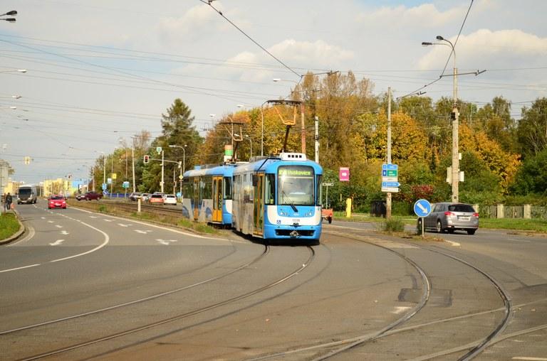 Kvůli výměně kolejí se uzavřela silnice a bude výluka tramvají