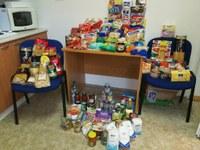 Lidé z radnice přinesli potraviny na pomoc potřebným
