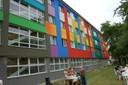 Pestrobarevná fasáda školy