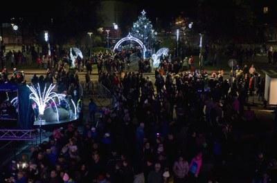 Nepřehlédnutelný anděl rozsvítil v Zábřehu vánoční strom