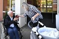 Ostravský kompot z Jihu předávala 102letá žena