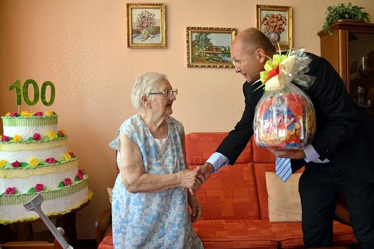 Paní Vlasta slaví 100 let v dobré náladě
