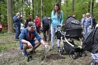 Sady mladých se rozrostly o 40 stromků. Zasadily je rodiny dětí