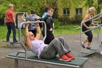 Senior cvičení na workoutovém hřišti Odborářská