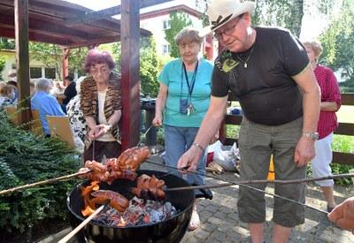 Senioři z Akordu si užívali letního grilování