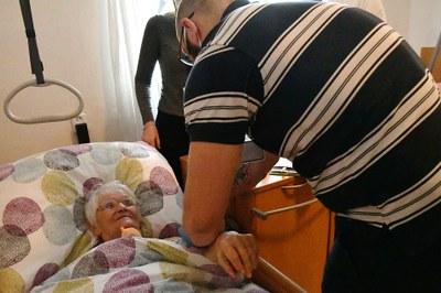 Seniory v domovech s pečovatelskou službou očkovali proti covid-19 doma