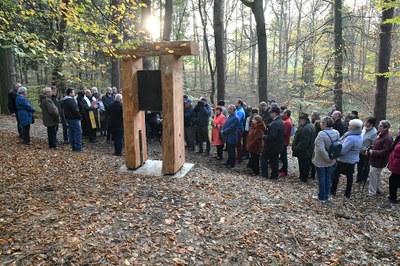 V Bělském lese vznikla křížová cesta. Čtrnáct dřevěných prismat zdobí umělecké figurální reliéfy z kovu