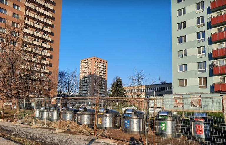 V obvodě stojí první polopodzemní kontejnery