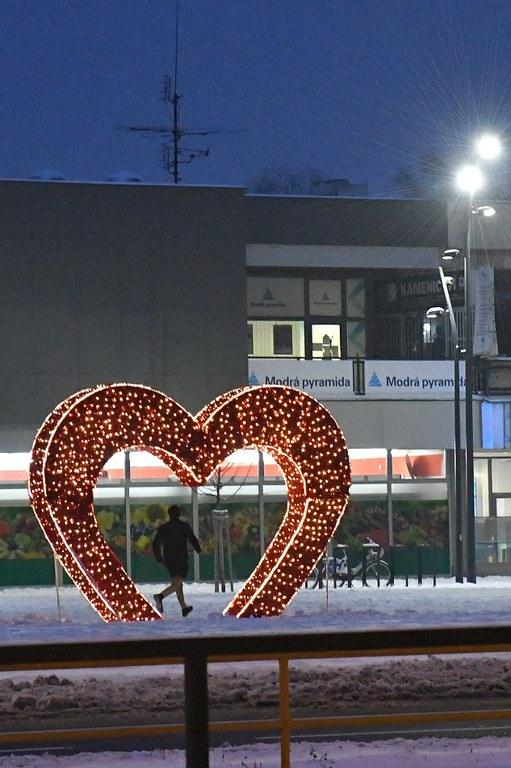 Velké zářící srdce zdobí náměstí Ostrava-Jih