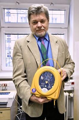 Nový defibrilátor může zachraňovat životy přímo na radnici