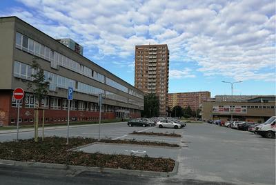 Parkoviště u polikliniky v Ostravě-Hrabůvce je hotové